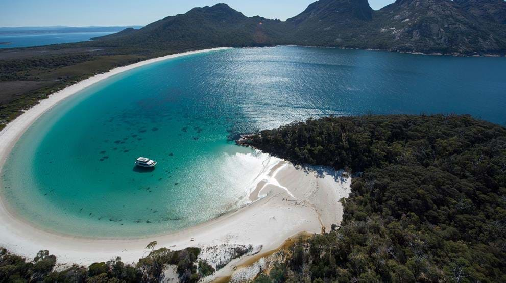 Wineglass Bay i Freycinet National Park. Foto: Tourism Tasmania & Supplied Courtesy of Wineglass Bay Cruises