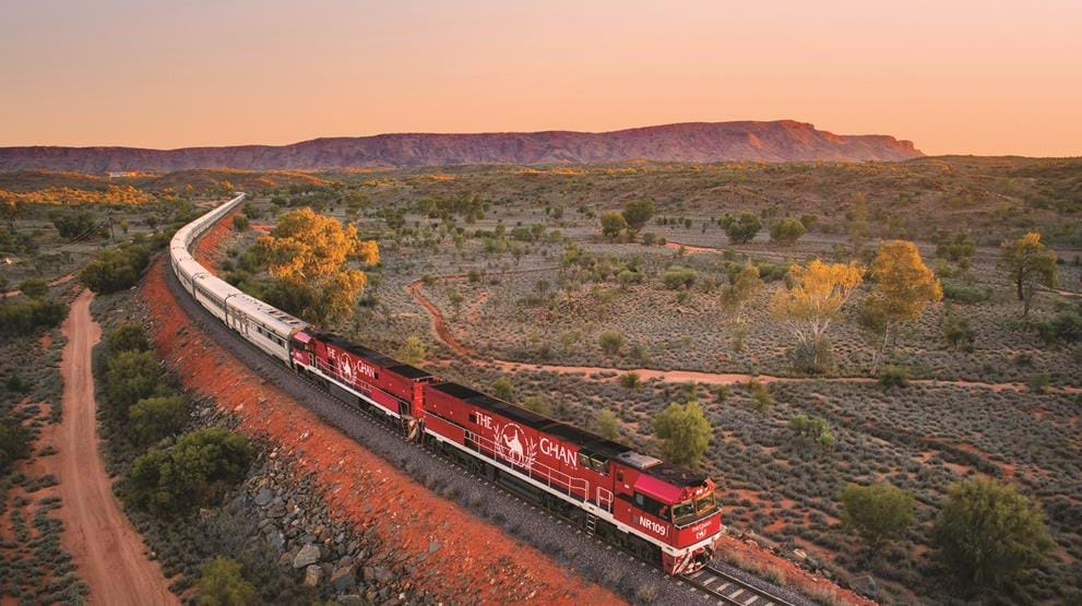 The Ghan på vei nordover ved MacDonnell Ranges. Foto: Great Southern Railroad